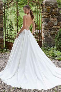 ecaf9e9c05 A vonalú mikádó esküvői ruha plisszírozott derékrésszel, illúzió betéttel  díszített mell-és hátkivágással.