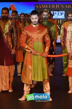 Vidyut Jamwal at India Luxury Style Week 2015 in Bangalore Beautiful People, Beautiful Women, Mens Fashion Wear, Zain Imam, Classy Men, Bollywood Actors, Luxury Fashion, Cinema, Handsome