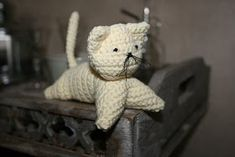 a little crochet cat a cute little darling In this tutorial, I want to show you how to crochet a very easy cat. It is a quick proje. Knitting Socks, Free Knitting, Free Crochet, Cat Rug, Granny Square Tutorial, Cat Amigurumi, Wrist Warmers, Photo Tutorial, Little Darlings