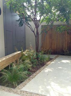 stoere bank én mooi plattwerk erfascheiding ( studio verde) Back Gardens, Small Gardens, City Gardens, Narrow Garden, Inside Garden, Sunken Garden, Le Far West, Garden Structures, Garden Inspiration
