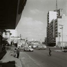 O cruzamento da Avenida Paulista com a nova Consolação, na sexta-feira 13 de setembro de 1968, traz ainda as marcas de uma transformação severa. A vista, que os frequentadores do Cine Belas Artes conheciam, apresenta ao fundo, em continuidade não interrompida, o trecho inicial da Avenida Rebouças. foto: Ivo Justino / Gabinete do Prefeito Acervo AHSP