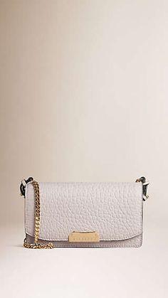 Bolsa clutch pequena em couro de grão exclusivo com corrente