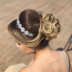"""image by Sonia Lopes ( with caption : """"Coque 💙 ✨ . Wedding Hairstyles Tutorial, Bride Hairstyles, Headband Hairstyles, Hairstyles Haircuts, Bridal Makeup, Bridal Hair, Medium Hair Styles, Long Hair Styles, Haircuts With Bangs"""