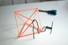 1; klipp opp sugerør i 12 like lange biter.  2; lag en lang tråd.  3; tre på 3 sugerør.  4; knytt sammen til en trekant.  5; tre på 2 s...