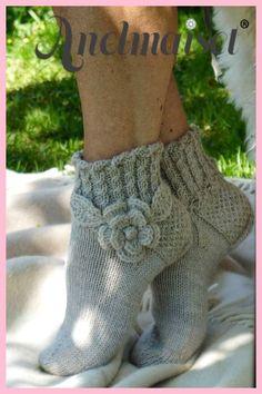 Hübsche Socken mit Blumenmuster Pretty socks with floral pattern – Knitting 2019 trend Crochet Mittens, Knitted Slippers, Knitted Bags, Knitting Socks, Baby Knitting, Knit Crochet, Knit Socks, Woolen Socks, Crochet Quotes