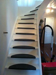 Här kan ni se hur det går när vi renoverar trappan!. Så här ser trappan ut när vi började.. Nu håller vi på att slipa trappan innan vi börjar måla!. Efter 1 lager färg :). Efter 3 lager färg. Fortfarande inte helt nöjda så det blir ett lager till!. Nu saknas bara räckena som ligger på tork i förr...