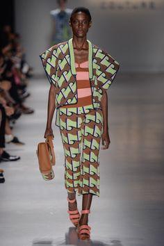Conjunto de calça e blazer sem manga estampado verde claro com marrom de trico e top listrado rosa com marrom de trico no desfile da GIG Couture no São Paulo Fashion Week.  SPFW | VERÃO 2016 Fotos:Agência Fotosite