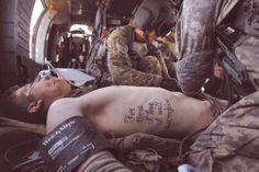 "Pequeño tatuaje en el dorsal que dice ""For those I love I will sacrifice"", frase en inglés que en castellano significa ""Por aquellos que amo me sacrificaré"""