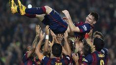 Lionel Messi is held aloft by his Barcelona team-mates after breaking the La Liga goalscoring record, Saturday November Lionel Messi, Cr7 Vs Messi, Messi 10, Neymar, Fc Barcelona, Shakira, Fifa, Top 10 Goals, Top Goal
