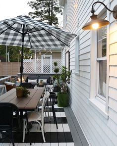 Advanced low voltage outdoor deck lighting ideas that will impress you Outdoor Deck Decorating, Outdoor Decor, Outdoor Stuff, Outdoor Ideas, Reforma Exterior, Black Shed, Outdoor Living Rooms, Outdoor Spaces, Patio Lighting