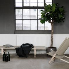 Skovshoved Møbelfabrik's OGK daybed dates back to 1962, when Ole Gjerløv-Knudsen created a bed suitable for a camping trip so that his son with a cold wouldn't have to sleep on the ground. The portable daybed comes in a linen bag with a convenient shoulder strap and it's fast and easy to assemble – no screws or tools are needed.