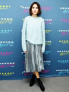 Metallic zu Strick. Gegensätze ziehen sich an. Deshalb kombiniert Fashion-Girl Alexa Chung zum Plissee-Metallicrock einen weich fallenden Oversize-Strickpulli.