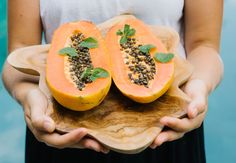 Papaya beauty benefits - the wellnest by hum nutrition Beauty Life Hacks Videos, Beauty Video Ideas, Yummy Smoothies, Smoothie Recipes, Papaya Recipes, Homemade Crunchwrap Supreme, Delicious Fruit, Healthy Meals For Two, Healthy People 2020 Goals