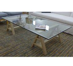 MARABIERTO - Mesa de living Tonto con caballetes tapizados en rafia y tapa de vidrio