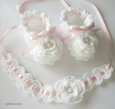 Crochet Baby Headband+ white flowered baby shoes, baby sandals 3 to 6 months, crochet baby shoes, baby socks, knitted slippersItems op Etsy die op Handmade a set of baptism. White and pink color.This Pin was discovered by mar Crochet Baby Sandals, Crochet Baby Clothes, Crochet Girls, Crochet For Kids, Baby Knitting Patterns, Crochet Patterns, Baby Slippers, Knitted Slippers, Baby Socks