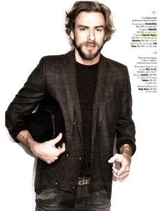 Na Revista Playboy do mês de Julho o ensaio Zona de impacto, modelo usa T-shirt Etiqueta Negra.