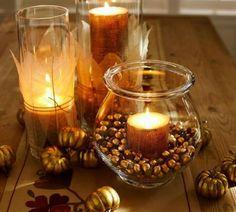 lanternes originales pour l'automne - bougie enveloppée de toile de jute et entourée de glands dorés dans un vase en verre