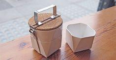 """Früher gab es bunte, hässliche Stullenbüchsen, jetzt gibt es das """"tiffin lunch kit"""". So lautet der Name dieser kleinen süßen Lunchbox. Sie besteht komplett aus Keramik und bietet jede Menge Stauraum für allerhand Naschereien. Der Deckel besteht aus Kork un"""
