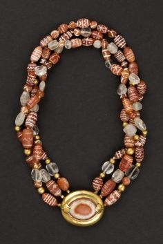 The necklace is composed of three rows of agates from archaeological excavations of the Indus Valley. The ancient technique of decoration of carnelian beads dating back to the Indus Valley civilization (Harappa and Moenjo Daro from 3500 to 1500 BC)