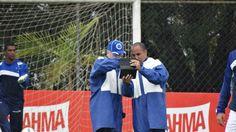 Tecnologia à prova d'água: Cruzeiro usa tablet para aprimorar bola parada #globoesporte