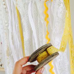 DIY kanten slinger Met repen stof en kanten ikea gordijn, restjes lint en kant, maak je in een handomdraai een mooie slinger.  Decoratie op vrouwenfeestje, bruiloft of jubileum.