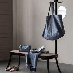 BASE taske fra Georg Jensen Damask, er vævet i en kraftig lærredsvævning, der kan holde til meget – også en tur i vaskemaskinen. Tasken er rummelig og designet med plads til håndklæder eller dyner samt en lille lomme til mobil og nøgler. Den er derfor som skabt til sport og en tur på stranden eller i sommerhuset. Et enkelt og meget funktionelt design.