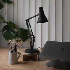 Issu du très populaire modèle 90 Anglepoise des années 1970, notre 90 Mini Mini a toute la fonctionnalité et la personnalité d'un @Anglepoise traditionnel enveloppé dans sa forme minuscule. Visitez notre site web pour plus de détails. Led Desk Lamp, Table Lamp, Anglepoise Lamp, Desk Essentials, Mini Desk, Dimmable Led Lights, Task Lamps, Modern Desk, Modern Table