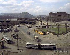 Boráros tér ('60-as,'70-es évek) Budapest Hungary, Old Pictures, Historical Photos, Vintage Photos, Paris Skyline, Arch, History, Buses, City