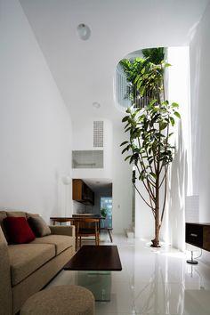 Construido en 2015 en Ho Chi Minh City, Vietnam. Imagenes por Hiroyuki Oki. En esta casa, queremos provocar una experiencia de vida honesta para una familia joven que vive en una casa típica vietnamita urbana. Sólo de 3.5 x...