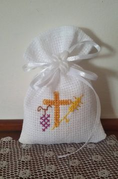 Bags for confetti communion cresima with embroidery cross stitch on white aida canvas or ivory Cross Stitch Bookmarks, Cross Stitch Charts, Cross Stitch Patterns, Communion, Cross Stitching, Cross Stitch Embroidery, Hand Embroidery Patterns, Diy Gifts, Quilts
