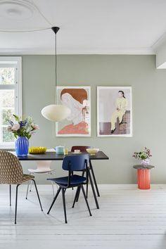 Indretningsskolen: Sådan indretter du med farver   Boligmagasinet.dk Design Living Room, Dining Room Design, Living Furniture, Home Furniture, Ecole Design, Vase Design, Design Dintérieur, Beautiful Interiors, Wall Colors