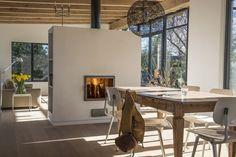 Juhana Kubik van Linnatuli - accumulerende houtkachel via kachelbouwer. Double Fireplace, Modern Fireplace, Wood Interior Design, Interior And Exterior, Home Decor Inspiration, Interior Architecture, Modern Design, New Homes, House Design