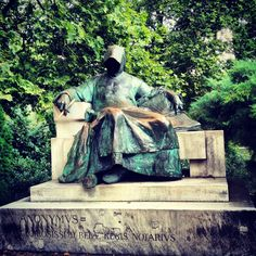 Budapest, Anonimus szobra a Városligetben.