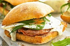 Bacon and egg buns with garlic mayonnaise recipe, NZ Womans Weekly – Feed the masses with these easy rolls The sauce also works well on burgers - Eat Well (formerly Bite) Mayonnaise Recipe, Homemade Mayonnaise, Bacon And Egg Roll, Bacon Pan, My Favorite Food, Favorite Recipes, Spinach Bread, Homemade Burgers, Slider Recipes