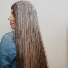Natural grey grow out for young women! Grey Hair Don't Care, Long Gray Hair, Mallen Streak, Grey Hair Young, Grey Hair Inspiration, Gray Hair Growing Out, Grey Scale, Silver Style, Going Gray