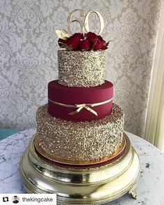 These Gold Wedding Cakes Ideas will help you choose your cake on your historic day. Because gold symbolizes prosperity, glory, can make your wedding cake look elegant and glamorous… Pretty Cakes, Beautiful Cakes, Amazing Cakes, Quinceanera Cakes, Quinceanera Ideas, Quinceanera Dresses Maroon, Quinceanera Decorations, Sweet 15 Quinceanera, Wedding Decorations