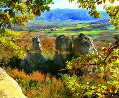 Maramureşul este un loc iubit de toţi cei care apreciază natura aşa cum ne-a lăsat-o Dumnezeu. Golf Courses, Traditional, Painting, Travel, Art, Art Background, Viajes, Painting Art, Kunst