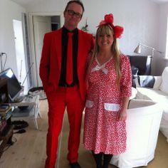 Lars & Lykke klar til fest. Lykke i kjole rød kjole med små hvide hjerter. Lars i rødt Opposuit. Kan købes i Partybutikken #opposuit #jakke #herremode