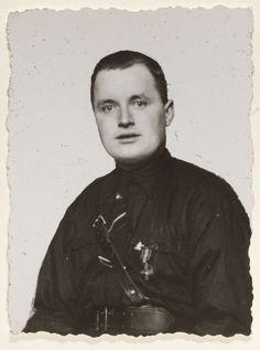 Fotodienst NSB | Portret van een lid van de WA, Fotodienst NSB, 1940 - 1944 | Portret van een lid van de WA. Gekleed in zwart hemd, brede riem en een riem schuin over de borst. Links draagt hij een onderscheiding. Blootshoofd.