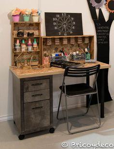 escritorio estilo industrial con materiales reciclados                                                                                                                                                                                 Más