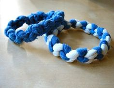 How to Make T-shirt Bracelets Bracelets out of old t-shirt scraps. also you can use old panty hose. I'm a 30 year old who is obsessed w/ friendship bracelets! Braided Bracelets, Friendship Bracelets, Fabric Bracelets, Leather Bracelets, Leather Cuffs, T Shirt Bracelet, Diy Bracelet, Tshirt Garn, Bracelet Making