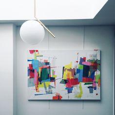 Aménagement d'un puit de lumière dans un duplex parisien: la suspension du designer Michael Anastassiades et la toile de l''artiste Mademoiselle 2bouche amène de la poésie au lieu. #michaelanastassiades #flos #mademoiselle2bouche #interior #lifestyle #decoration #light #ceilinglight #painting #saintgermain