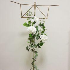 譜面台を白い薔薇で装飾よく見ると未完成の写真でした; 白い薔薇譜面台花の譜面台譜面台装花