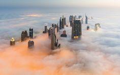 Dubái cubierto por la niebla. Foto hecha desde el Burj Khalifa el 14 de septiembre de 2014