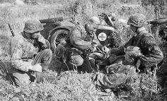 Soldados de las SS- Totenkopf auxilian a un camarada herido, Rusia.