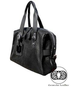 OVERNIGHT BAG Folia anaconda  Negra  $450.000 + envío  Disponible   Perfecto para un viaje de 48 horas, es una mezcla de funcionalidad y facilidad.  La bolsa incluye un compartimento interno para objetos personales. Funcional y elegante