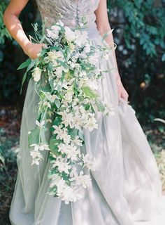 Jeanne D'Arc wedding inspiration - Teardrop bouquet