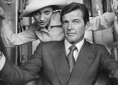 Roger Moore and Jane Seymour in Agente 007 - Vivi e lascia morire Roger Moore, Jane Seymour, Style Glam, Grand Duc, Dramatic Arts, James Bond Movies, Portraits, Sean Connery, Costume