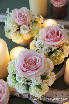 Kommunion Communion table decoration, Tips on Findin Bridal Shower Centerpieces, Flower Centerpieces, Flower Decorations, Wedding Decorations, Table Decorations, Decoration Communion, Floral Wedding, Wedding Flowers, Deco Floral