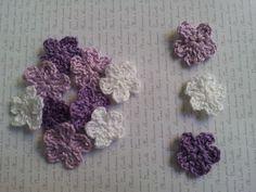 APLIQUE DE CROCHÊ FLORES <br> <br>Pequenas e delicadas flores coloridas confeccionadas em crochê com fio 100% de algodão, espessura média. <br> <br>Medida aproximada: 2,5 cm <br> <br>Ideal para customização de peças, tais como blusas, bolsas, peças em jeans, pacotes de presente, tags e cartões comemorativos. <br> <br>Também é uma opção para montagem de bijuterias, acrescentando um toque artesanal nas peças montadas com contas coloridas. <br> <br>Ótima sugestão para usar na decoração de…
